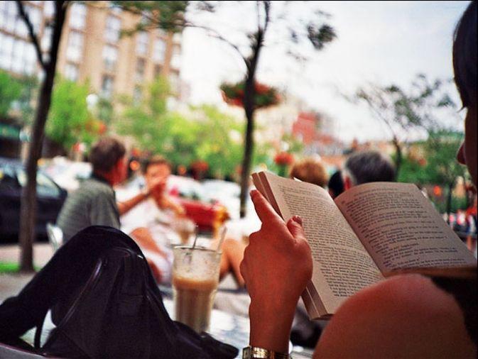Leer en un café